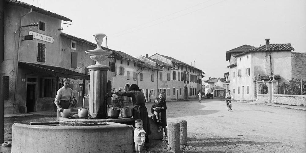 Dante Segale, piazza maggiore (ora Primo Maggio), Lestans, 1950