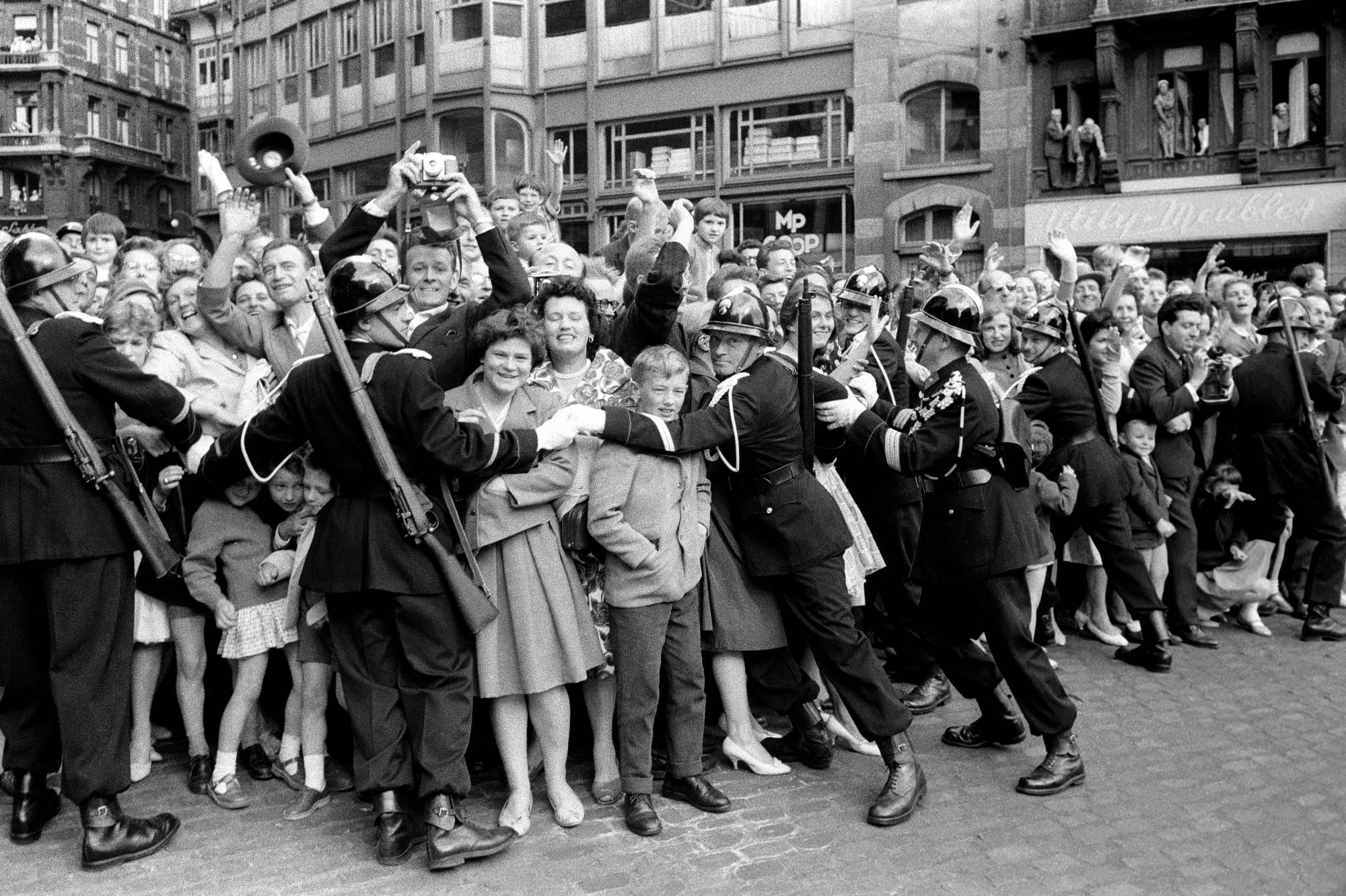 Evaristo Fusar, Folla al passaggio di Paola e Alberto di Liegi, Bruxelles 1959
